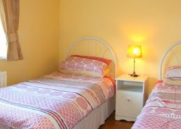 Heather Holiday Cottage Creeslough - twin bedroom