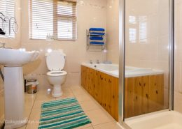 Burwood Holiday Home Buncrana - upper floor bathroom
