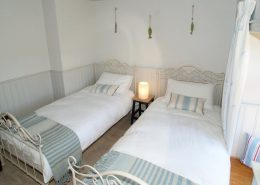 The Sea House Dungloe - twin bedroom